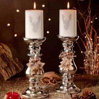 Kerzen mit weihnachtlichem Motiv